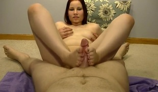 Hawt Anabelle giving a Sexy footjob!!